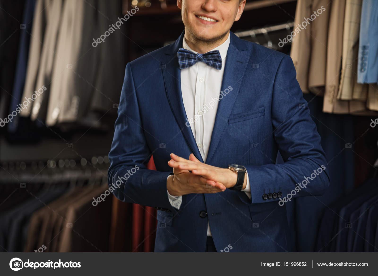 Επιχειρηματία στο κλασικό γιλέκο κατά σειρά ταιριάζει στο μαγαζί ... 4b3c7a69d07