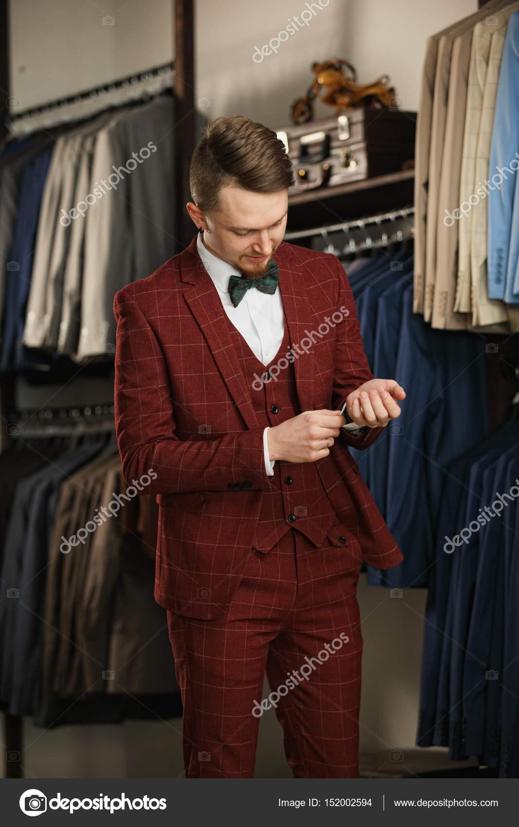 Όμορφος γενειοφόρος επιχειρηματία στο κλασικό κοστούμι. Ο άνθρωπος στο  κλασικό γιλέκο κατά σειρά ταιριάζει στο μαγαζί. Διαφημιστική φωτογραφία —  Εικόνα από ... 60939ce6aea