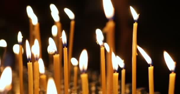 Detailní záběr hořící svíčky v kostele