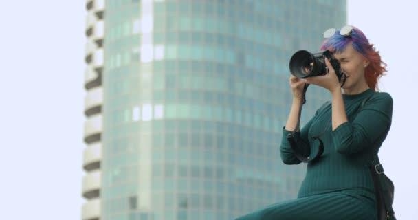 Teenage bokovky žena baví fotit s starý fotoaparát
