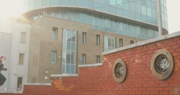 Portrét stylový hezká dívka bokovky stoupá schodiště v pozadí mrakodrap