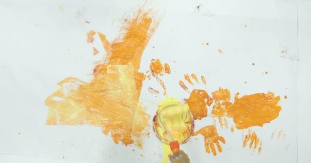 Kis gyermek, festés, a padló, a vicces fiú élvezi a fal díszítésére