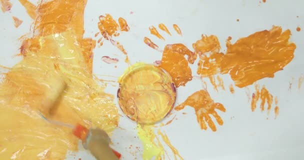 boldog gyermekek, szórakozás, és a festészet, kezével az óvodában.