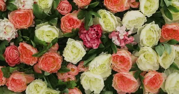 krásné květinové pole žluté zelené bílé růžové fialové a červené, spousta růže a pivoňky stojí v květináčích kbelíky, velké kytice růže a pivoňky