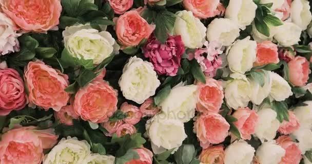 A rózsa és a pünkösdi rózsa sok állni fazekak, kanalak, egy nagy csokor rózsa és a pünkösdi rózsa, szép virág mező sárga zöld fehér pink lila és piros