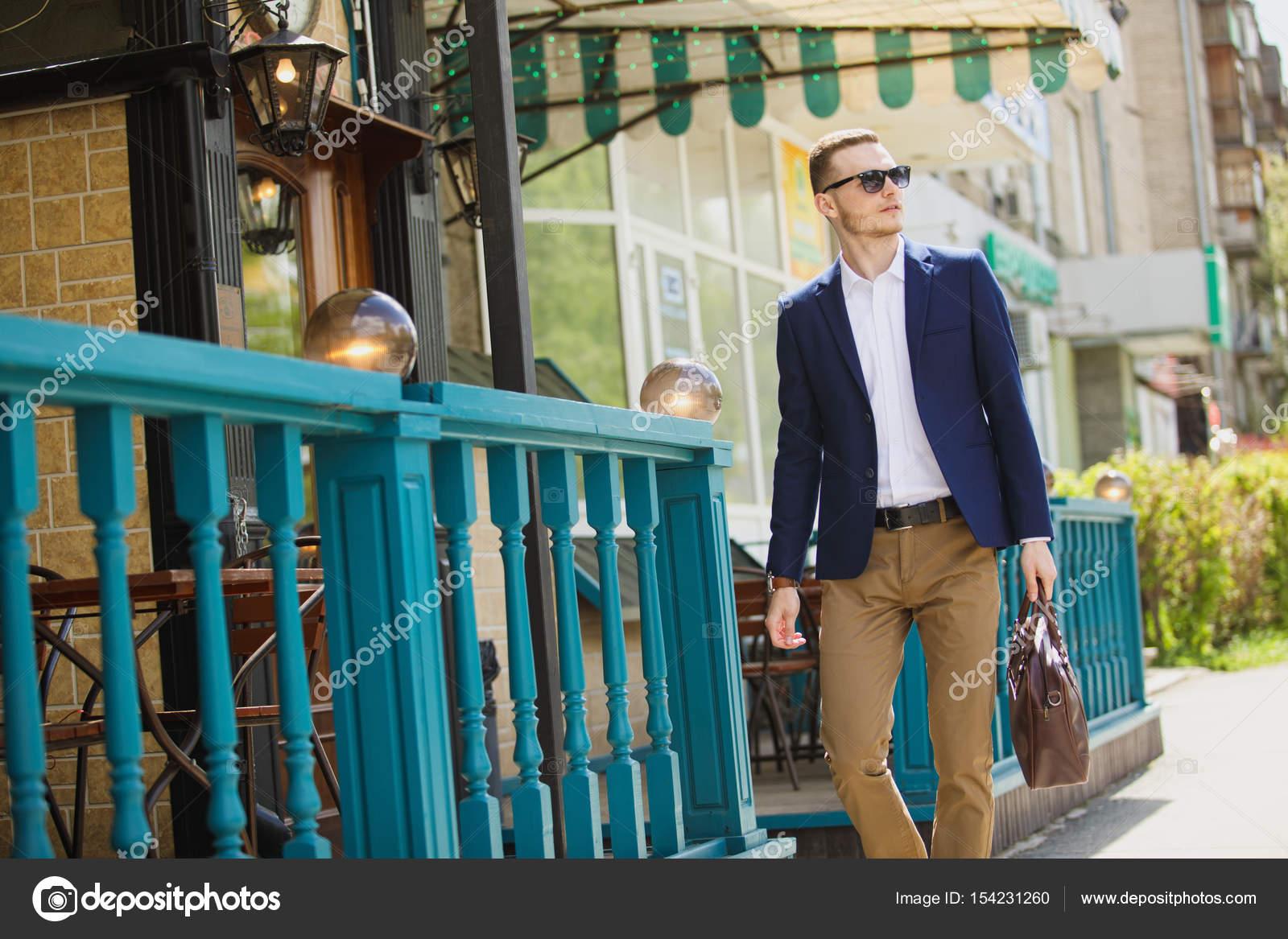 Επιχειρηματία στο κλασικό γιλέκο κατά σειρά ταιριάζει στο δρόμο. Ένας  νεαρός άνδρας κομψό σε ένα σακάκι. Διαφημιστική φωτογραφία– εικόνα αρχείου 9bc6c03be02
