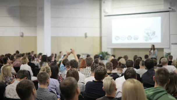 Menschen auf dem Forum zur Wirtschaftsförderung.