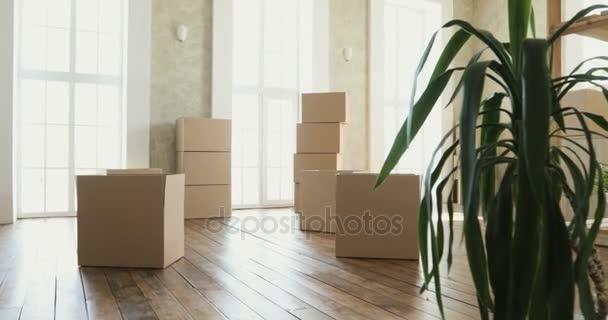 neue Hausbesitzer beim Auspacken von Kartons, großen Pappkartons im neuen Zuhause. Umzug in ein neues Wohnungskonzept