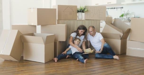 Glückliche Familie zieht in neue Wohnung