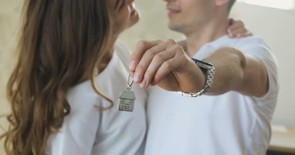 Hrdý mladý americký pár s klíči