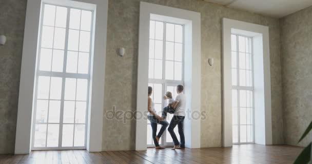 šťastná rodina stěhuje do jejich nového domu v jejich novém domově