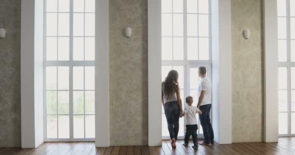 Mladá rodina v novém domě