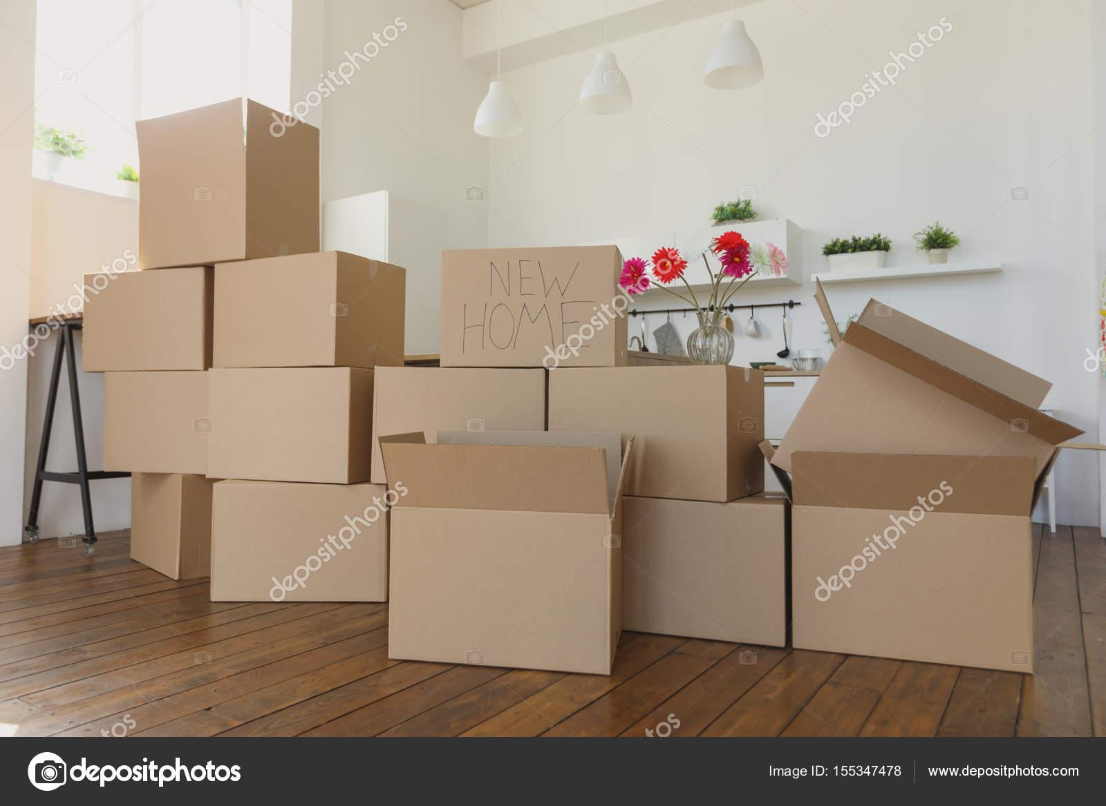 Boxen im neuen Zuhause Auspacken und die Dinge entfernt in Küche ...