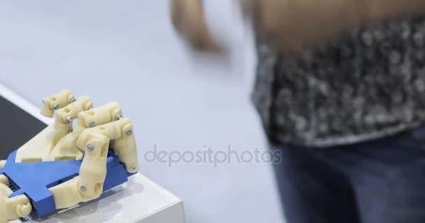Egy ember és egy bionikus kezet, egymás mellett feküdt. Kibernetikus robot kar, amely szabályozza az emberek
