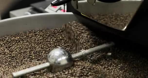 Kaffeebohnen ist In A-Manufaktur-Werkstatt herausfallen