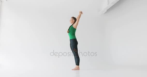Mladá krásná žena cvičí jógu v bílé jóga třídy. Wellness konceptu. Klid a odpočinek, Žena štěstí. Tónovaný obrázek