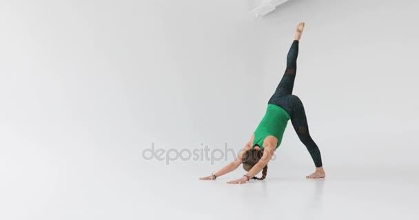 Gyönyörű fiatal nő a fehér jóga Jóga. Wellness fogalma. Nyugalmat és kikapcsolódásra, boldogság nő. Tónusú kép