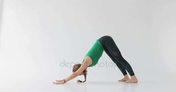 Žena, která dělá cvičení jógy. Jóga v světelné studio. Harmonické lidí. Mírumilovní lidé. Funkce lidského těla.