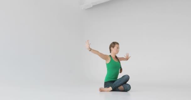 Sportos fiatal nő csinál jóga gyakorlat elszigetelt fehér alapon - koncepció az egészséges élet és a természetes egyensúly a test és a mentális fejlődés