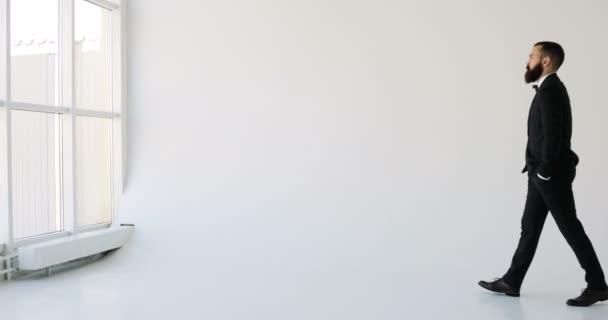 Podnikatel se dívá z okna kontemplativní způsobem. bílé pozadí