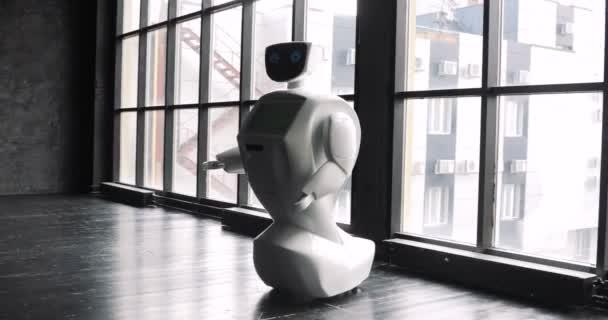 Humanoid autonóm robot az ablak mellett. A robot látható érzelmeket. Modern robotika technológiák