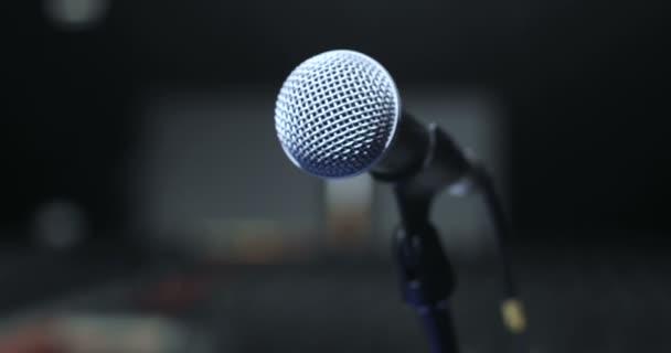 zblízka mikrofon na jevišti na konferenci, Spotlight, podsvícení. Čekání na představení. Seminář konference setkání úřadu koncepce školení.