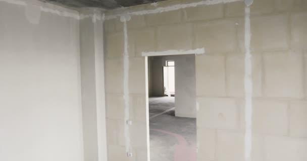 Prázdné slunné místnosti bez dokončení v novém apartmánovém domě