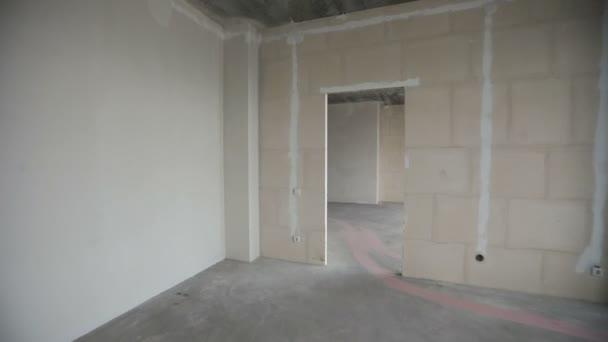 pohybující se v novém domově. Přehled prázdná místnost s holé stěny, stropy, podlahy