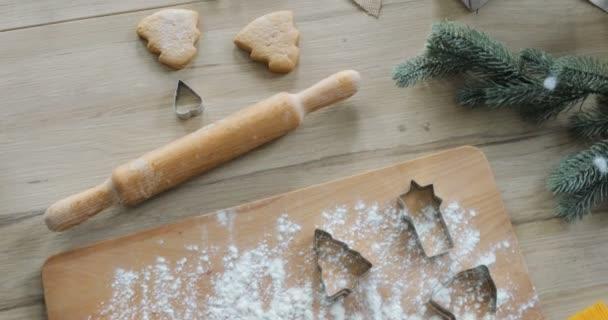 Detail z perníkového těsta s moukou a cookie fréza na stole. Takže vánoční perníčky se všemi ingredience a nádobí - pohled shora
