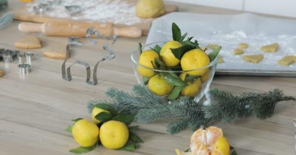 Közeli kép a mézeskalács tésztát, lisztet és a cookie cutter asztalra. Hagyományos házi készítésű karácsonyi desszert