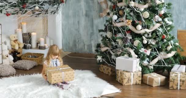 Süße Mädchen, Vorschulkind, Eröffnung präsentiert am Weihnachtstag ...