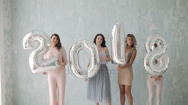 Mladá skupina žen drží balónek nový rok 2018 vánoční večírek. Sexy šťastný skupina přátel na okouzlující party baví usmívající se slaví Vánoce