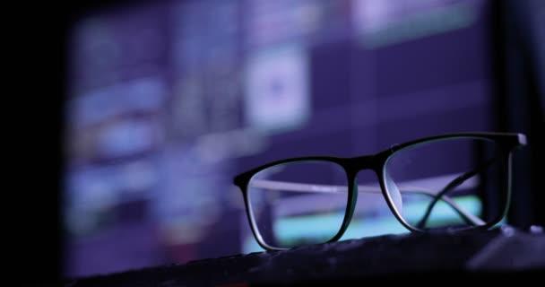 Concetto di attacco di Cyber. occhiali sulla tastiera, sullo sfondo del monitor