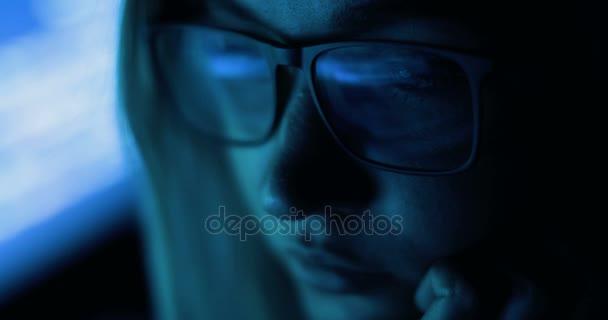 donna che lavora con computer, hacking e scrittura. Schermo del computer e codice riflette womans calici