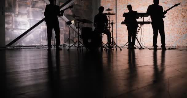 Rocková hudba koncertní pódium. Hudební rockovou show. Rock music band koncert. Hudební koncert rockové skupiny. Koncertní pódium hudebníků. Hudební kapela silueta