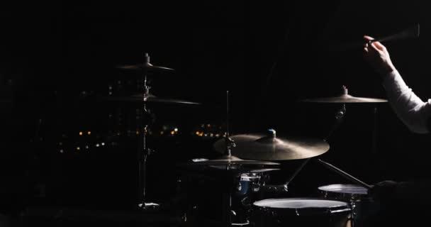 Koncert a rock zenekar teljesít a színpadon, énekes előadóművész, a gitár, a dobos. Punk zene video, heavy metal és rock csoport