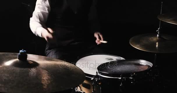 Bubeník hraje bicí souprava. Bubeník ruku silueta s stehno. Zblízka se bubeník ruku hrající Drum desky na rockový koncert. Rocková kapela na jevišti