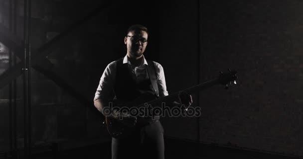 Rockový hudebník hraje na sólovou kytaru. Detailní záběr z rockové kytarové sólo. Closeup rock guitar player rukou. Rockový kytarista. Mladý muž hrát elektrická kytara