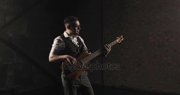 Hudebník hraje rocková hudba. Energická hra rock stylu. Černé pozadí