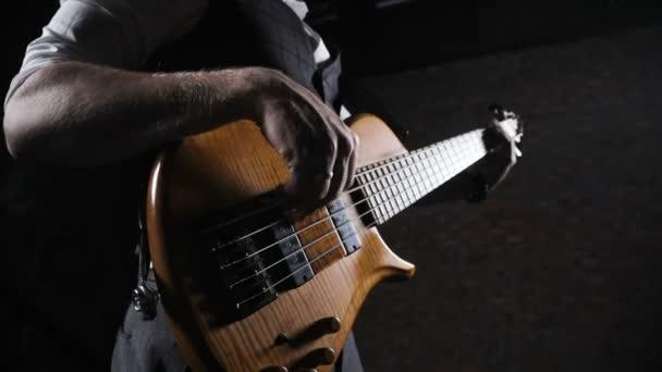 Mladý hudebník hraje na kytaru v podkroví studio
