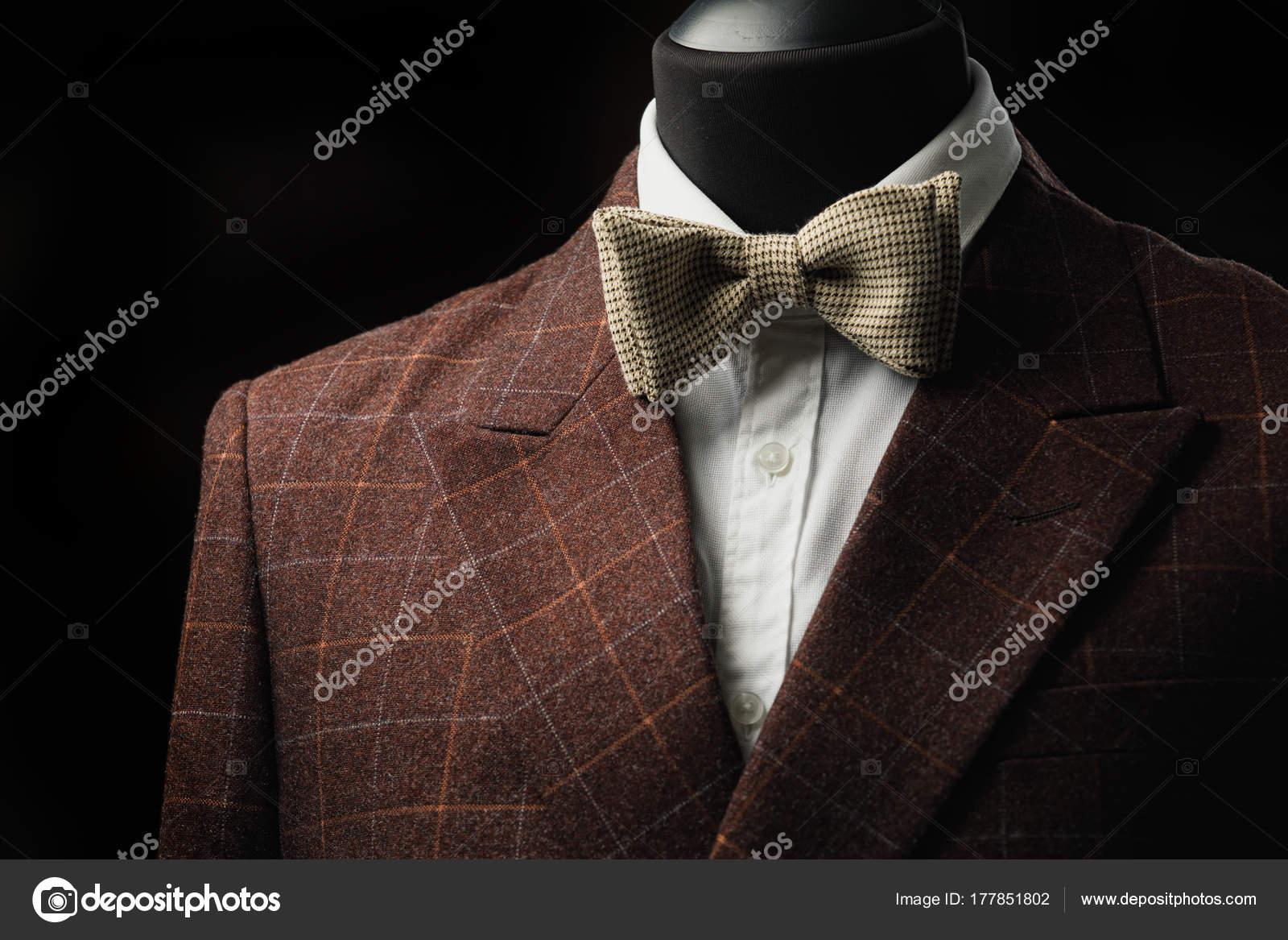 eb49054b04a8 Elegáns férfi öltöny. Férfi zakó a manöken. Férfi ruházat. Mannequins a  boutique ablakban. Ruhaüzlet. Butik vásárlás — Fotó szerzőtől ...