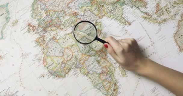 Pár šťastný mladý bokovky plánování cesty na mapě světa. pohled shora