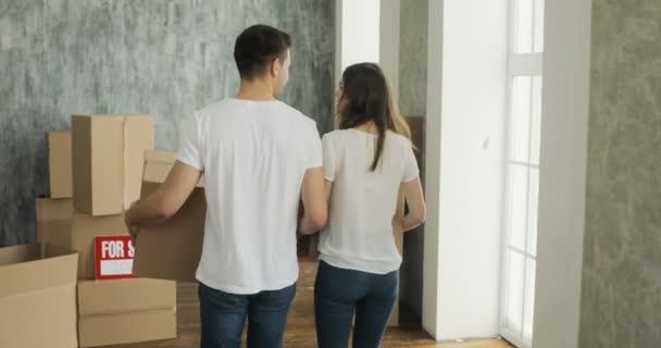 Paar tragen Kisten in New Home oder neue Wohnung am Moving Day