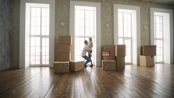 Mladý pár velmi šťastný a nadšený, stěhování do nového bytu