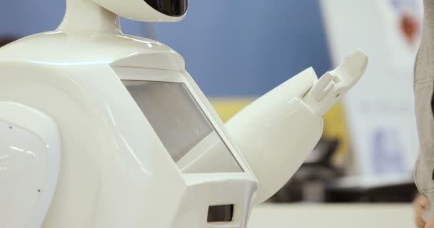 Novosibirsk, Oroszország - 01.22.2018: Cybernetic rendszer ma. Robotika modern technológia. Autonóm humanoid robot. egy ember, a érint képernyő segítségével. High-tech rendszer ma. Innovatív asszisztens a társadalomban