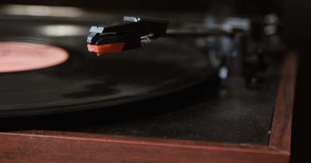 Részlete segítségével egy antikvár vinil lemezjátszó. lemezjátszó játékos, csepegés stylus tű vinil felvétel lejátszása