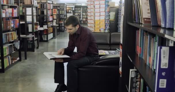 Žák čte knihu v knihovně. Pořadatel: vzdělávací, portrét, knihovna a hloubavý, relax