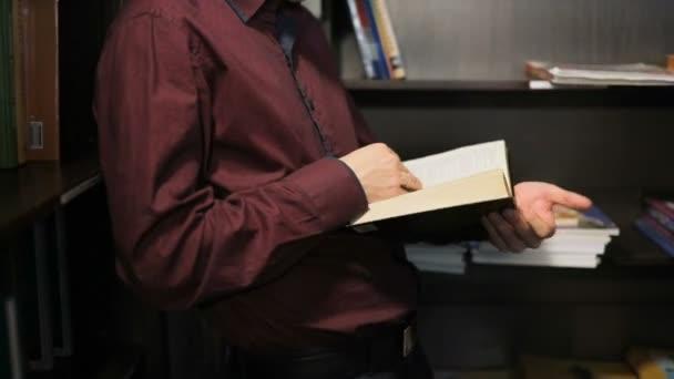 Žák čte knihu v knihovně. Pořadatel: vzdělávací, portrét, knihovna a hloubavý, relax.