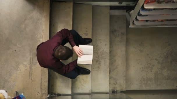 soustředění student studuje v knihovně ve škole
