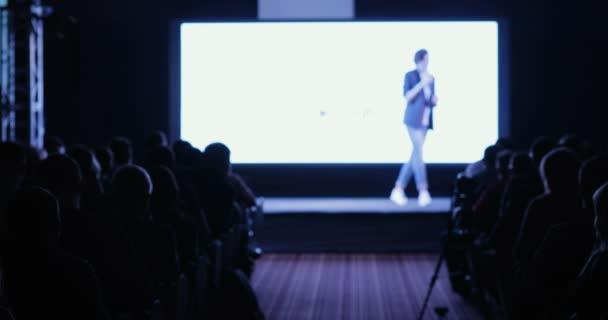 lidé na konference nebo prezentace, dílny, mistrovskou třídu fotografii. Pohled zezadu